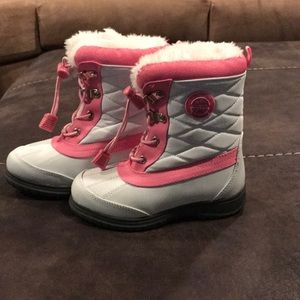 Girl snow boots.